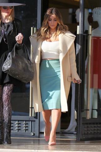 Look de Kim Kardashian: Abrigo en Beige, Top Corto Blanco, Falda Lápiz en Verde Menta, Zapatos de Tacón de Ante Rosados