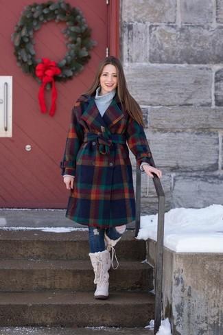 Este combo de un abrigo a cuadros en multicolor y unos vaqueros pitillo desgastados azul marino te permitirá mantener un estilo cuando no estés trabajando limpio y simple. ¿Por qué no añadir botas para la nieve a la combinación para dar una sensación más relajada?