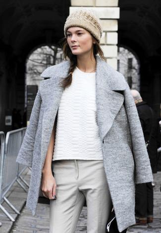 Abrigo gris camiseta con cuello barco blanca pantalones pitillo grises gorro beige large 1216