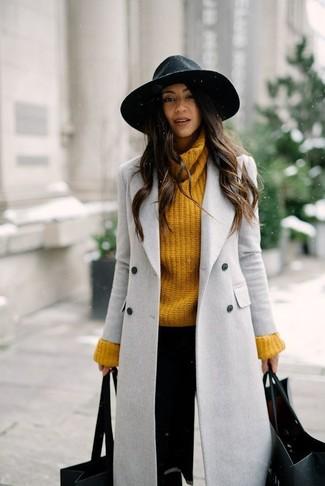 Cómo combinar: abrigo gris, jersey de cuello alto de punto mostaza, pantalones pitillo negros, sombrero de lana negro