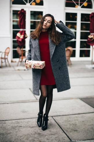 Un abrigo gris y un vestido jersey burdeos son el combo perfecto para llamar la atención por una buena razón. Complementa tu atuendo con botines de cuero negros.