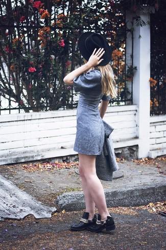 Cómo combinar: abrigo gris, vestido recto gris, botines de cuero con adornos negros, sombrero de lana negro