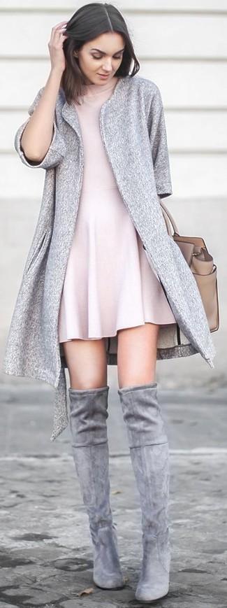 Cómo combinar: abrigo gris, vestido skater rosado, botas sobre la rodilla de ante grises, bolsa tote de cuero en beige