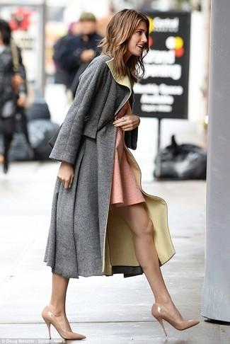 Cómo combinar: abrigo gris, vestido skater rosado, zapatos de tacón de cuero en beige, bolso bandolera de cuero negro