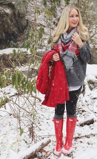 Look de moda: Abrigo Rojo, Jersey con Cuello Barco Gris Oscuro, Blusa de Botones Blanca, Leggings Negros