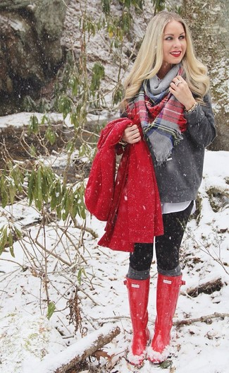 Para un atuendo que esté lleno de caracter y personalidad elige un abrigo rojo y unos leggings negros. Botas de lluvia rojas añadirán un nuevo toque a un estilo que de lo contrario es clásico.