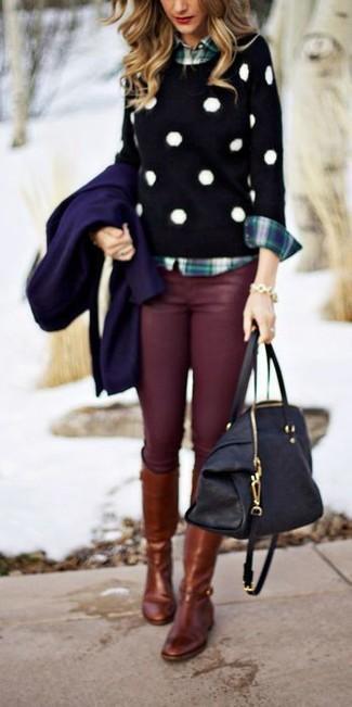 Una ropa de abrigo azul marino y unos vaqueros pitillo burdeos son prendas que debes tener en tu armario. Completa el look con botas de caña alta de cuero marrónes.