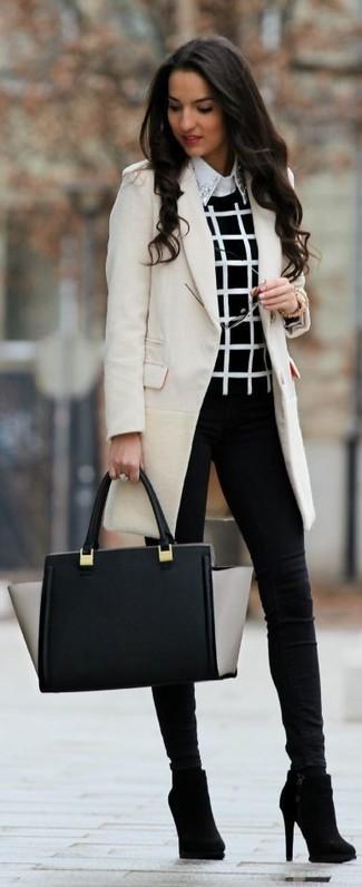 Equípate un abrigo beige con unos vaqueros pitillo negros para crear una apariencia elegante y glamurosa. Botines de ante negros son una opción buena para complementar tu atuendo.