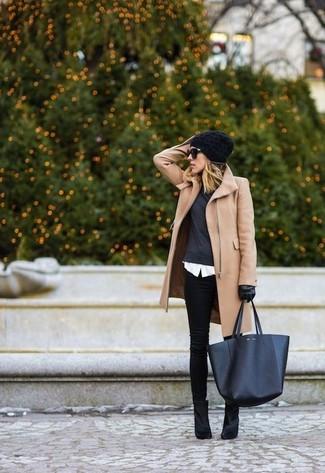 Para seguir las tendencias usa un abrigo marrón claro y unos vaqueros pitillo negros. Botines de ante negros son una opción práctica para completar este atuendo.