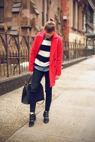Este combo de un abrigo rojo y unos vaqueros pitillo negros te permitirá mantener un estilo cuando no estés trabajando limpio y simple. Botines negros son una sencilla forma de complementar tu atuendo.