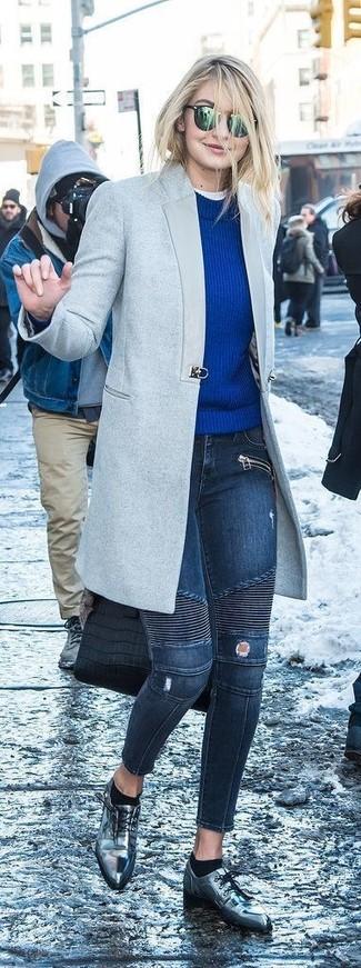 Emparejar un abrigo gris y unos vaqueros pitillo desgastados azul marino es una opción cómoda para hacer diligencias en la ciudad. Zapatos oxford de cuero plateados de Stella McCartney proporcionarán una estética clásica al conjunto.