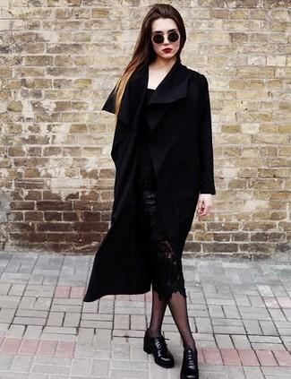 Esta combinación de un abrigo negro y una falda lápiz de encaje negra es perfecta para una salida nocturna u ocasiones casuales elegantes. ¿Te sientes valiente? Completa tu atuendo con zapatos derby de cuero negros de mujeres de Church's.