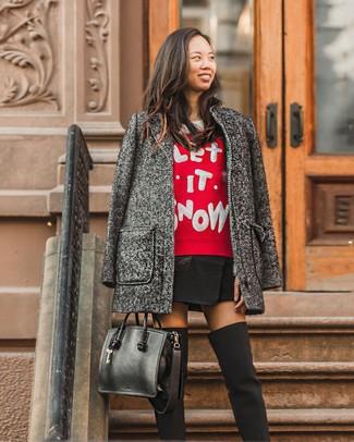 Cómo combinar: abrigo en gris oscuro, jersey con cuello circular estampado en rojo y blanco, minifalda negra, botas sobre la rodilla de lona negras