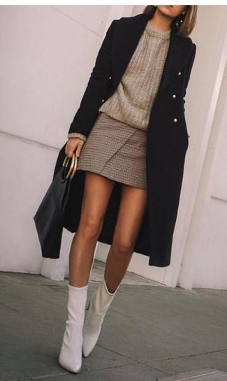 Cómo combinar: abrigo negro, jersey con cuello circular marrón, minifalda a cuadros marrón, botines de cuero blancos