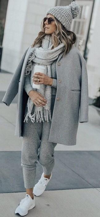 Cómo combinar: abrigo gris, jersey con cuello circular gris, pantalón de chándal gris, deportivas blancas