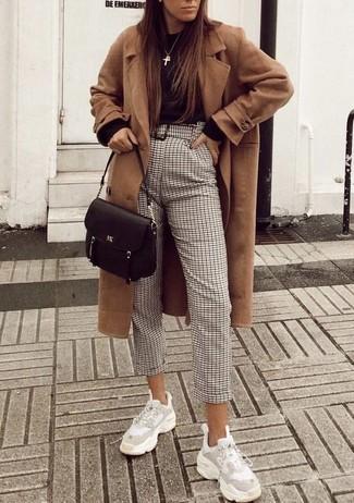 Cómo combinar: abrigo marrón claro, jersey con cuello circular negro, pantalón de pinzas a cuadros en beige, deportivas blancas