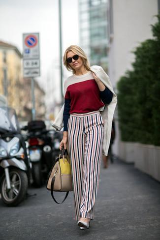 Emparejar un abrigo blanco junto a un pantalón de vestir de rayas verticales blanco y rojo y azul marino es una opción inigualable para un día en la oficina. Zapatos de tacón de cuero grises son una opción perfecta para completar este atuendo.