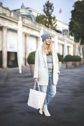 Utiliza un abrigo blanco y una bolsa tote de cuero blanca para el after office. Botines de cuero blancos son una opción inmejorable para completar este atuendo.