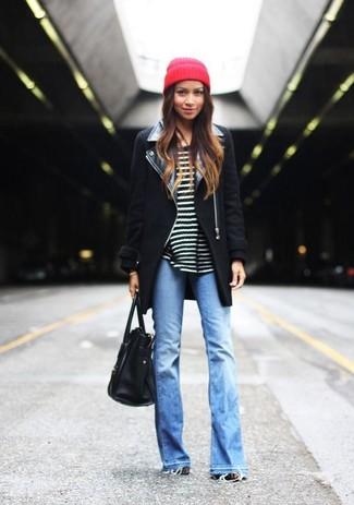 Considera emparejar un abrigo negro con un gorro rojo de mujeres para lucir elegante y distinguida.
