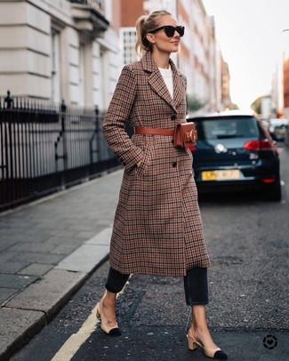 Cómo combinar: abrigo de tartán marrón, jersey con cuello circular blanco, vaqueros negros, zapatos de tacón de ante en beige