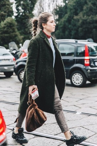 Empareja un abrigo verde oscuro junto a unos vaqueros pitillo grises para conseguir una apariencia relajada pero chic. ¿Quieres elegir un zapato informal? Elige un par de zapatos derby de cuero negros de Church's para el día.