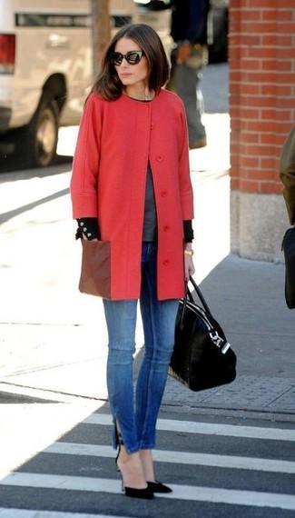 Look de Olivia Palermo: Abrigo rojo, Jersey con cuello circular en gris oscuro, Vaqueros pitillo azules, Zapatos de tacón de ante negros