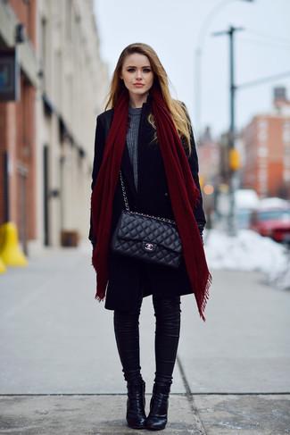 Cómo combinar: abrigo negro, jersey con cuello circular en gris oscuro, vaqueros pitillo negros, botines de cuero negros