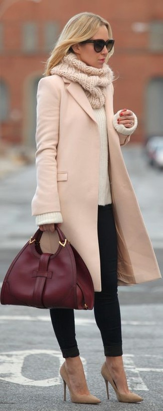 Emparejar un abrigo rosado y unos vaqueros pitillo negros es una opción cómoda para hacer diligencias en la ciudad. Este atuendo se complementa perfectamente con zapatos de tacón de ante marrón claro.