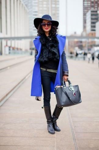 Elige una apariencia sofisticada en un abrigo azul y una correa plateada de Givenchy. Para el calzado ve por el camino informal con botas de caña alta de cuero negras.