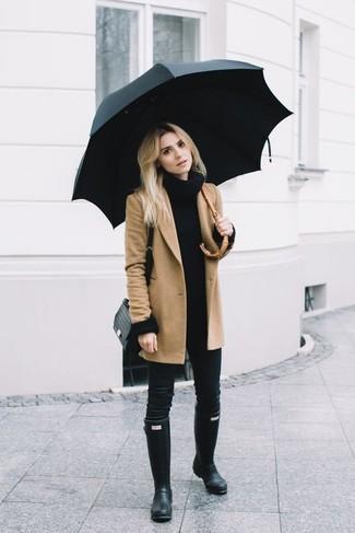 Cómo combinar: abrigo marrón claro, jersey con cuello vuelto holgado negro, vaqueros pitillo negros, botas de lluvia negras