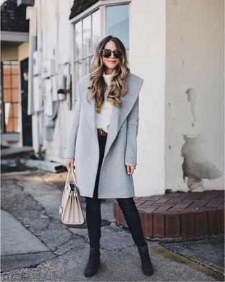 Cómo combinar: abrigo gris, jersey con cuello vuelto holgado blanco, vaqueros pitillo negros, botines de ante negros