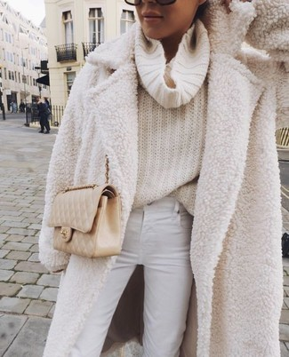 Cómo combinar: abrigo de lana rizada en beige, jersey con cuello vuelto holgado en beige, vaqueros pitillo blancos, bolso bandolera de cuero acolchado en beige