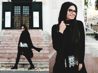 Cómo combinar: abrigo negro, jersey corto negro, blusa sin mangas de encaje blanca, pantalones pitillo verde oscuro