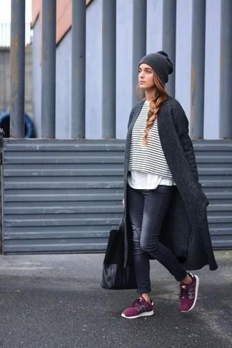 Los días ocupados exigen un atuendo simple aunque elegante, como un abrigo gris oscuro y unos vaqueros pitillo desgastados negros de Saint Laurent. Deportivas burdeos añadirán interés a un estilo clásico.