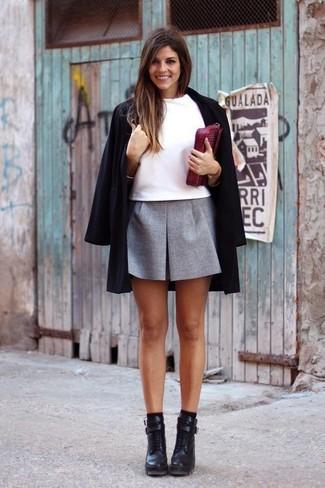 Considera ponerse un abrigo negro y una minifalda plisada gris para crear una apariencia elegante y glamurosa. Elige un par de botines de cuero negros para destacar tu lado más sensual.