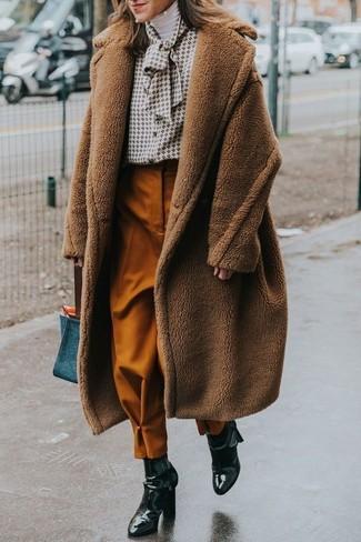 Cómo combinar: abrigo de angora marrón, jersey de cuello alto blanco, blusa de botones estampada blanca, pantalón de pinzas en tabaco