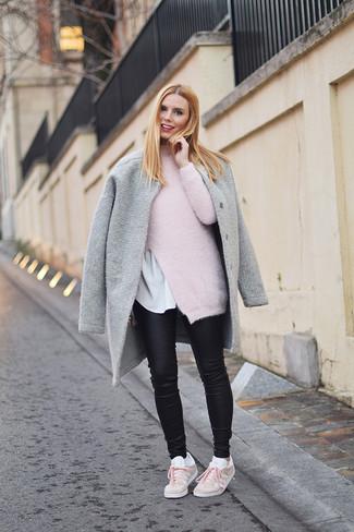 Cómo combinar: abrigo gris, jersey de cuello alto de mohair rosado, camiseta con cuello circular blanca, vaqueros pitillo de cuero negros