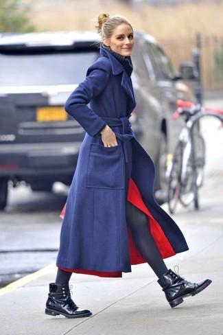 Look de Olivia Palermo: Abrigo azul marino, Jersey de cuello alto de lana de punto azul marino, Falda midi con recorte roja, Botas planas con cordones de cuero negras