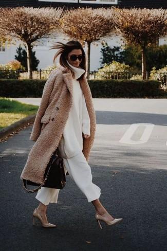 Cómo combinar: abrigo con relieve marrón claro, jersey de cuello alto de lana de punto blanco, falda pantalón blanca, zapatos de tacón de cuero marrón claro