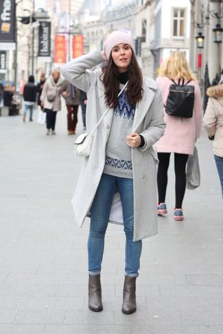 Ponte un abrigo gris y unos vaqueros pitillo azules de Saint Laurent para conseguir una apariencia relajada pero chic. Completa el look con botines de cuero grises.