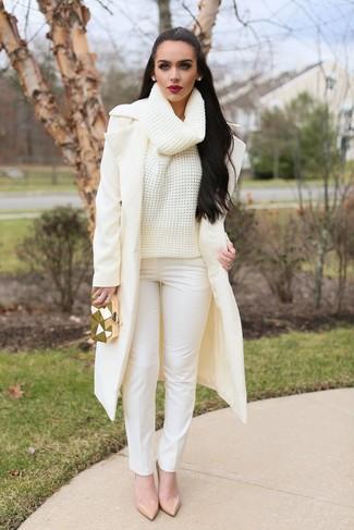 Cómo combinar: abrigo en beige, jersey de cuello alto de lana de punto en beige, pantalones pitillo blancos, zapatos de tacón de cuero en beige