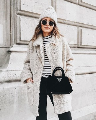 Cómo combinar: abrigo de lana rizada con relieve en beige, jersey de cuello alto de rayas horizontales en blanco y negro, pantalones pitillo negros, bolso bandolera de ante negro