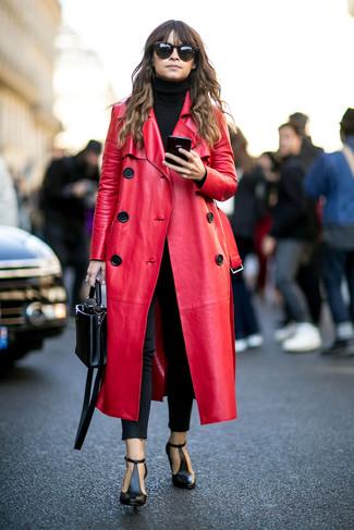 Look de Miroslava Duma: Abrigo de Cuero Rojo, Jersey de Cuello Alto Negro, Vaqueros Pitillo Negros, Botines de Cuero con Recorte Negros