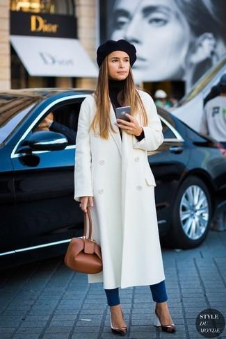 Look de Miroslava Duma: Abrigo Blanco, Jersey de Cuello Alto Negro, Vaqueros Pitillo Azules, Zapatos de Tacón de Cuero Negros