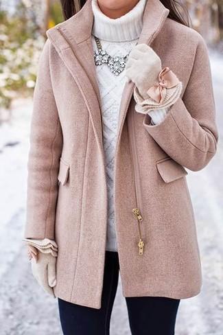 Cómo combinar: abrigo rosado, jersey de cuello alto de punto blanco, vaqueros pitillo negros, guantes de lana en beige