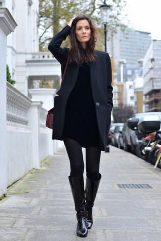 Cómo combinar: abrigo negro, jersey de cuello alto negro, vaqueros pitillo negros, botas de caña alta de cuero negras