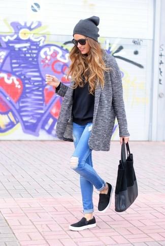 Empareja un abrigo gris junto a unos vaqueros pitillo desgastados celestes para conseguir una apariencia glamurosa y elegante. ¿Te sientes valiente? Completa tu atuendo con zapatillas slip-on negras.