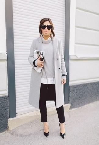 Considera emparejar un abrigo gris con unos vaqueros pitillo negros para conseguir una apariencia relajada pero chic. Zapatos de tacón de cuero negros son una opción buena para completar este atuendo.