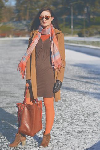 Si buscas un estilo adecuado y a la moda, ponte un abrigo marrón claro y un jersey de cuello alto naranja. Botines de ante marrónes son una sencilla forma de complementar tu atuendo.