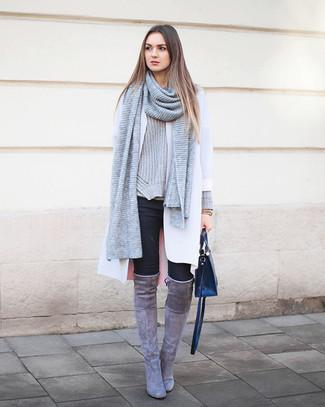 Opta por un abrigo blanco y una bufanda de punto gris de Fendi para un conjunto de oficina con estilo. Botas sobre la rodilla de ante grises son una opción excelente para completar este atuendo.
